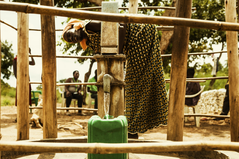 Sauberes Trinkwasser aus einem klassischen Handpumpbrunnen © Viva con Agua