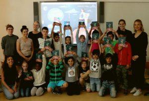 Buchübergabe Kleine (große) Heldin an Kinder