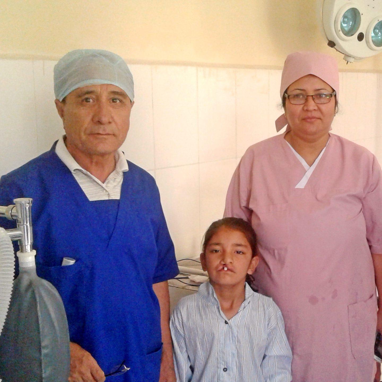 Dr. Ershad und Dr. Zia mit Patientin © Deutsche Cleft Kinderhilfe e.V.