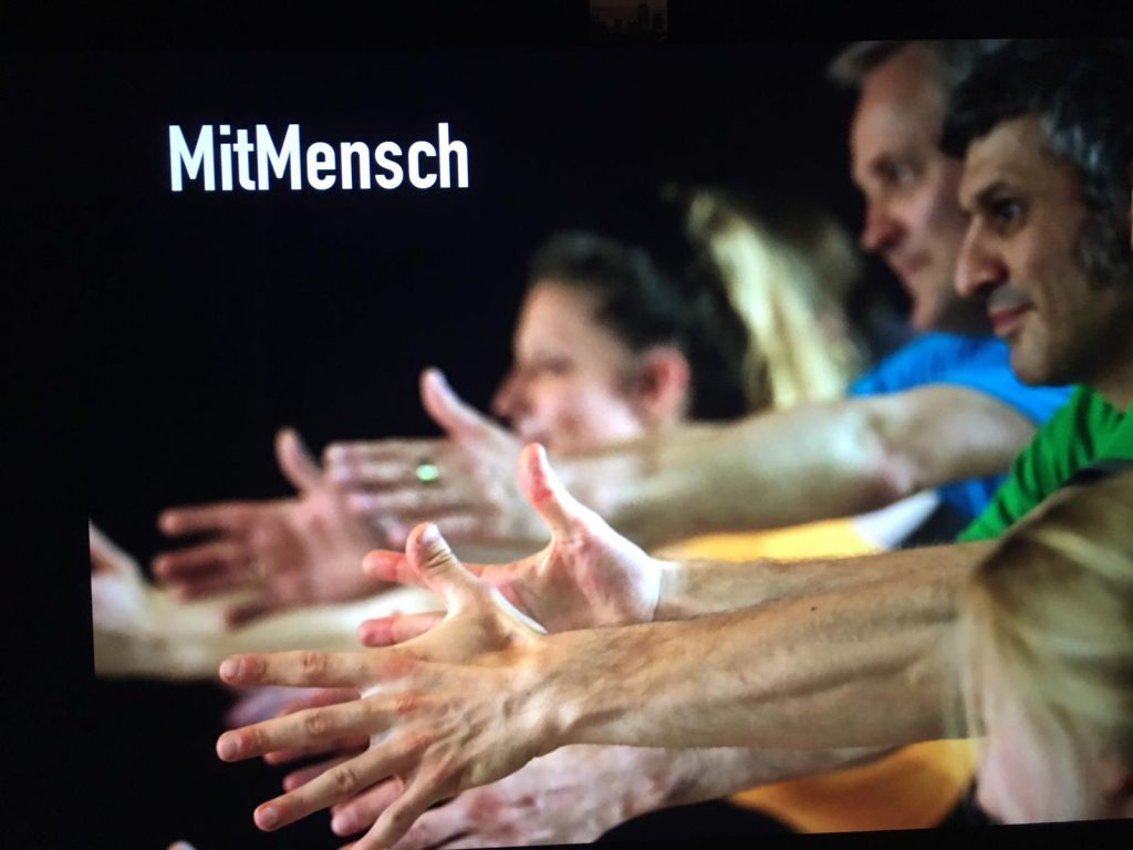 MitMensch Titelbild_© Manu Matthäus für Nader Etmenan Stiftung