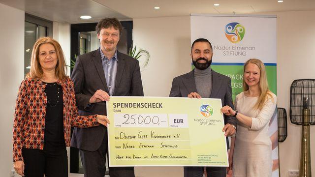 Scheckübergabe Nader Etmenan Stiftung und Cleft