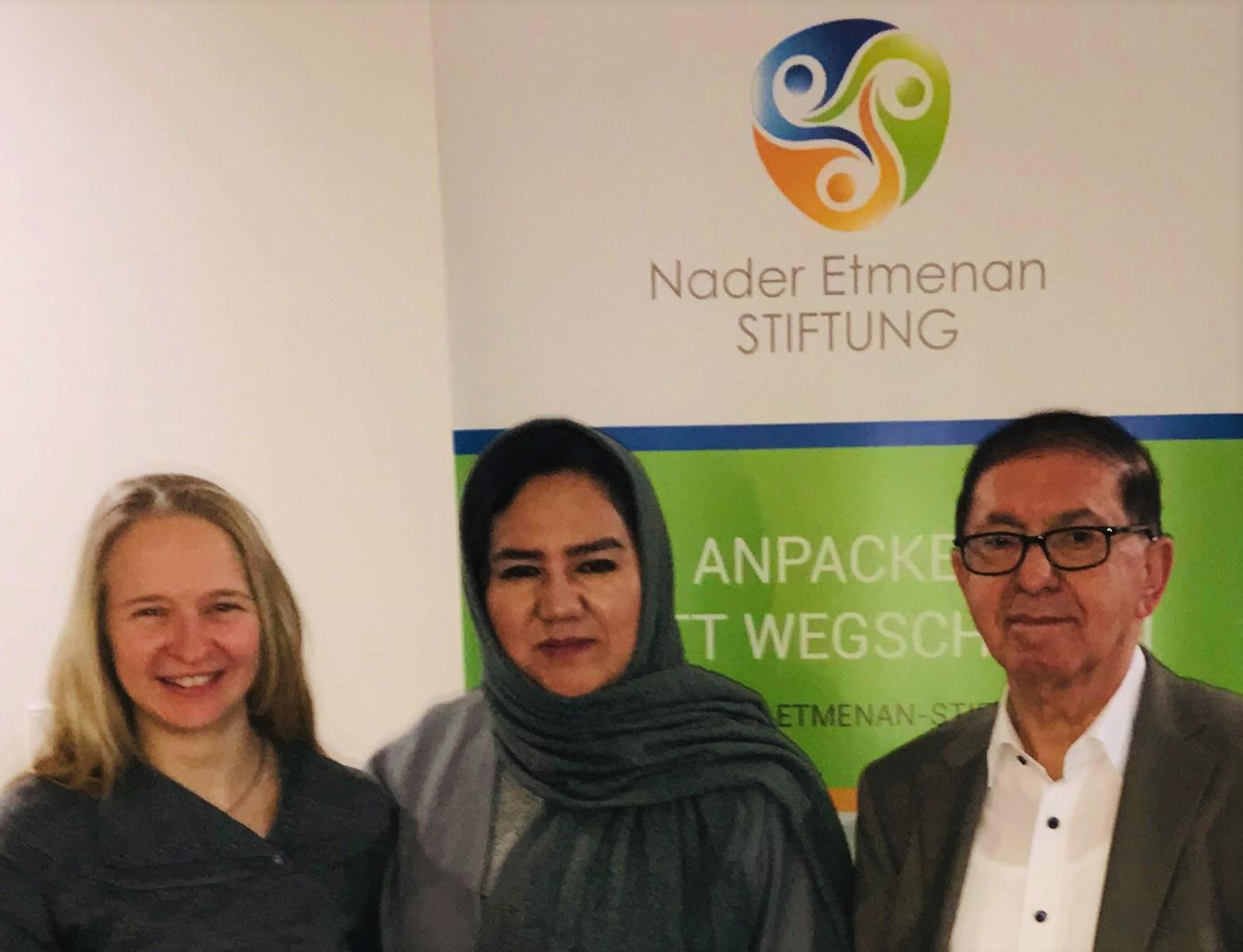 v.l.n.r.: Stiftungsmanagerin Dina Schreiber, Leiterin Saheb Amena Mohammadi , Stiftungsvorstand Nader Etmenan